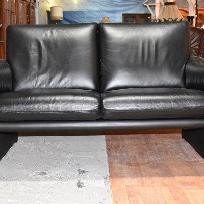 Sofa 2-osobowa: dł: 153 cm; gł: 80 cm; wys całkowita: 85 cm; wys siedziska: 46 cm