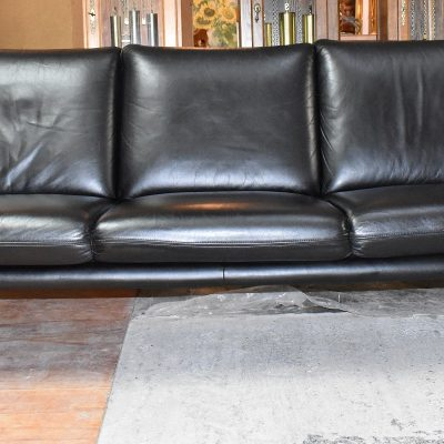 Sofa 3-osobowa: dł: 215 cm; gł: 80 cm; wys całkowita: 85 cm; wys siedziska: 46 cm