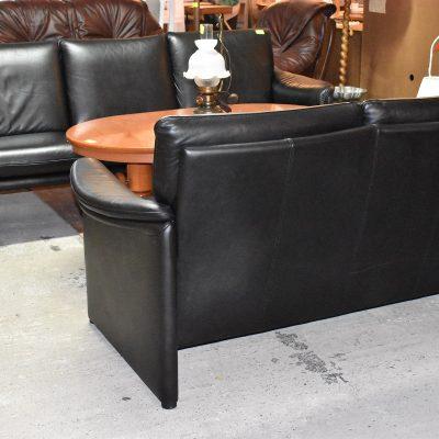 Tyły sof wykończone tak, że nie muszą stać wyłącznie przy ścianie.