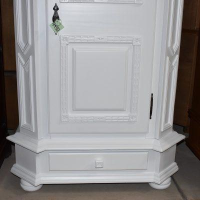 cena: 1490 zł; sosnowa szafa z rzeźbieniami, zmalowana w śnieżnej bieli, szer: 100 cm; gł: 60 cm; wys: 184 cm