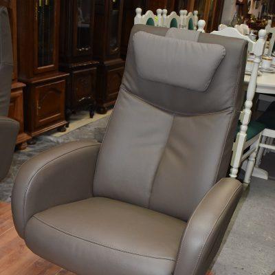 Fotel obrotowy szer: 72 cm; gł: 65 cm; wys max 105 cm; wys min: 45 cm