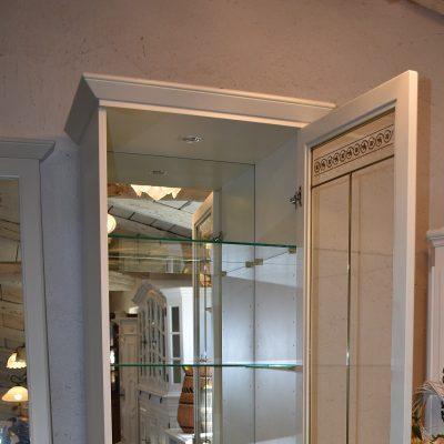witryna: szer: 70 cm; gł: 50 cm; wys: 206 cm (Witryny posiadają wewnątrz podświetlenie, lustra, szklane regulowane półki. Szyby posiadają złote szprosy oraz piękne grawery.)