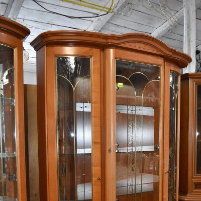 Witryna włoska cena: 1950 zł, dł: 145 cm; gł: 49 cm; wys: 209,5 cm (podświetlana, złote szprosy, lustra, szklane półki)