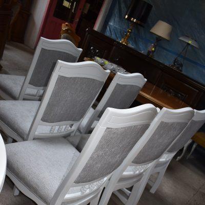 cena: 255 zł/szt. szer: 52 cm; gł: 55 cm; wys całkowita: 99 cm; wys siedziska: 48 cm (dębowe krzesła zmalowane w śnieżnej bieli z nową, szarą tapicerką, siedziska sprężynowe)
