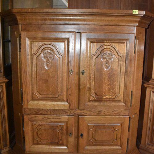 cena: 890 zł; szer: 141,5 cm; gł: 64,5 cm; wys: 149,5 cm (wysoka rzeźbiona komoda w rustykalnym dębie)